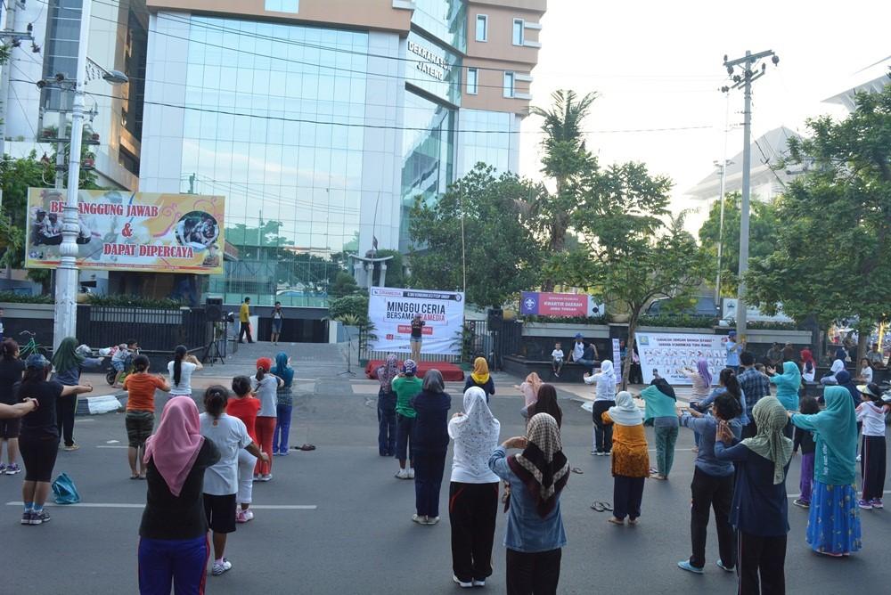 Suasana senam aerobik dalam Minggu Ceria Bersama Gramedia di Halaman Gedung Pramuka Semarang, Minggu (13/12). (Annisa TL/Manunggal)